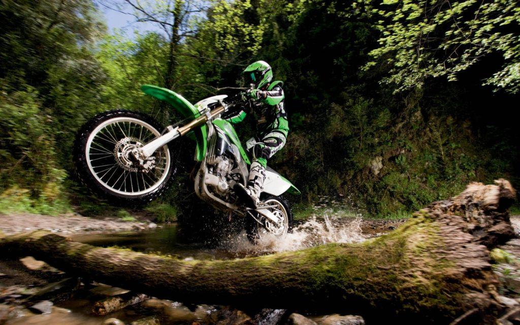 Эндуро мотоцикл в лесу