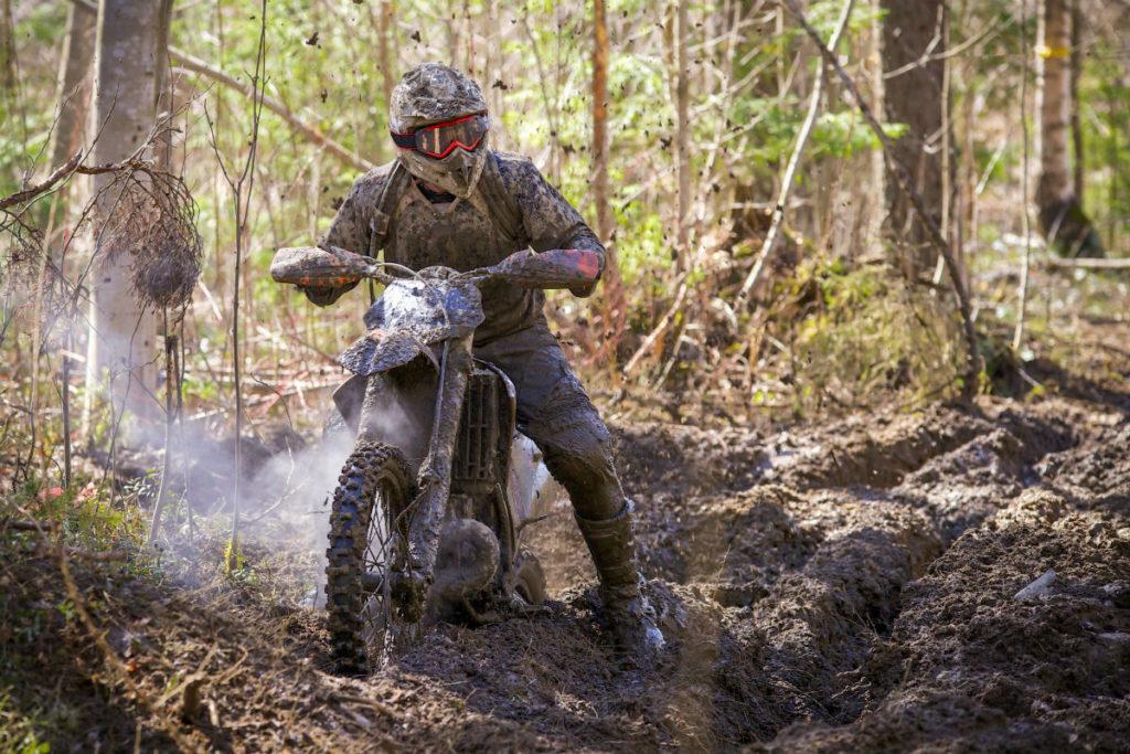 кроссовый мотоцикл в лесу